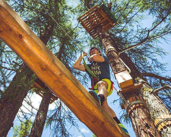 Passaggio sugli alberi del Larix Park a Livigno