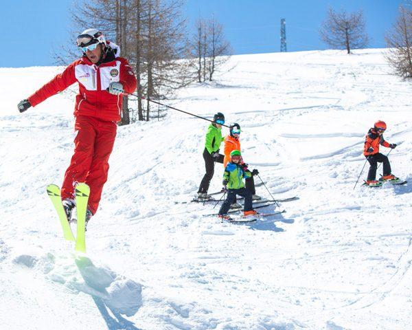 Maestro della scuola Sci Centrale di Livigno insegna i primi salti sulla ski area del Mottolino