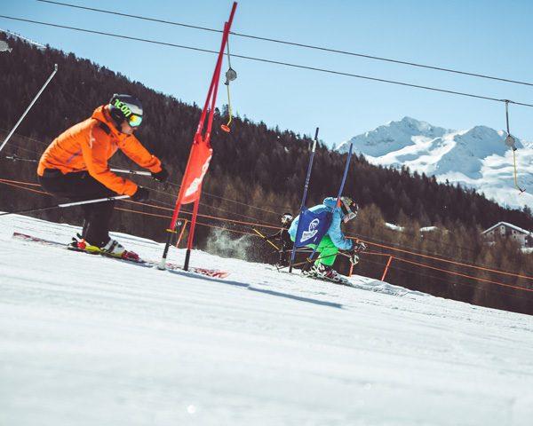 Amici durante una sfida al Self Timing della ski area Mottolino a Livigno