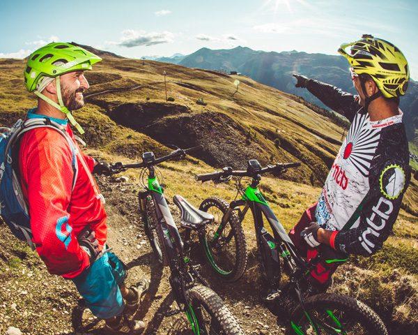 Bikers che guardano il percorso per raggiungere l'Alpe Mine dal Mottolino