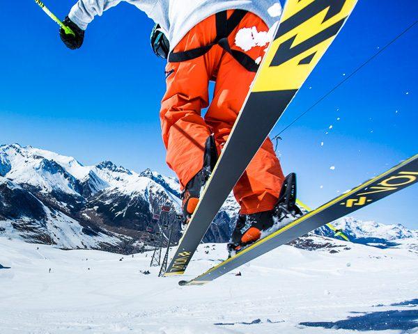 Skier pronto a sciare sulla pista Sponda della ski area Mottolino a Livigno
