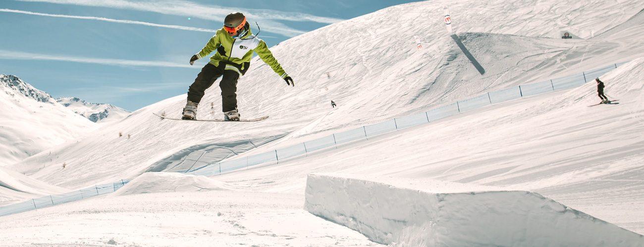 Salto con lo snowpark sulla linea M dello snowpark Mottolino a Livigno