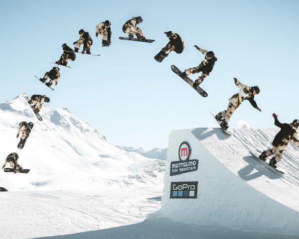 Salto in sequenza con lo snowboard allo snowpark Mottolino a Livigno